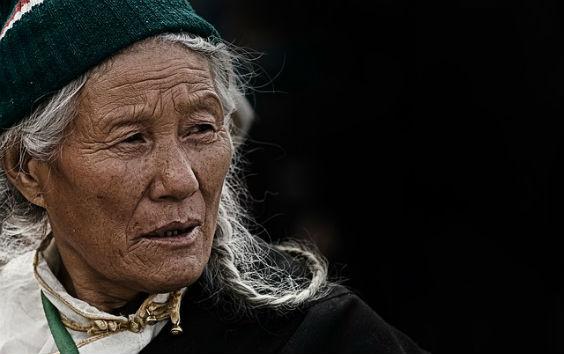 alte frau tibet 564