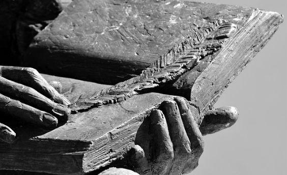 buch aus stein feder hand z 564