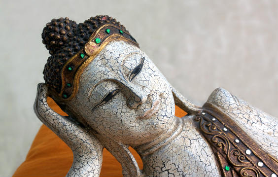 buddha liegend laecheln 564