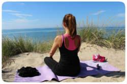 Frau Yoga am Strand