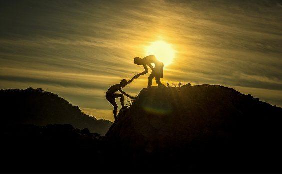 Freunde helfen einander am Berg