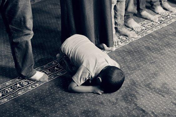 kind betet auf teppich l 564
