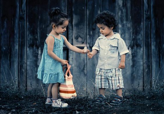 kinder geben wald blau
