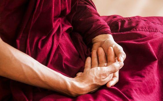 meditation buddhist robe haende ineinander