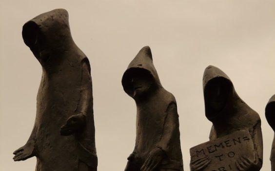 moenche drei kapuzen schild steinfigur
