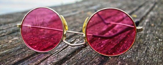 sonnenbrille rot holzbohlen