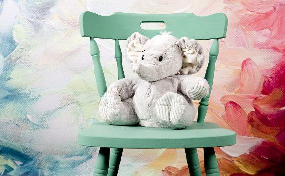 Teddy auf Stuhl Farbwand