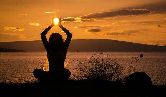 yoga sitz ufer sonne haende 4 564