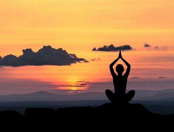 yogi sitz haende oben 4 564